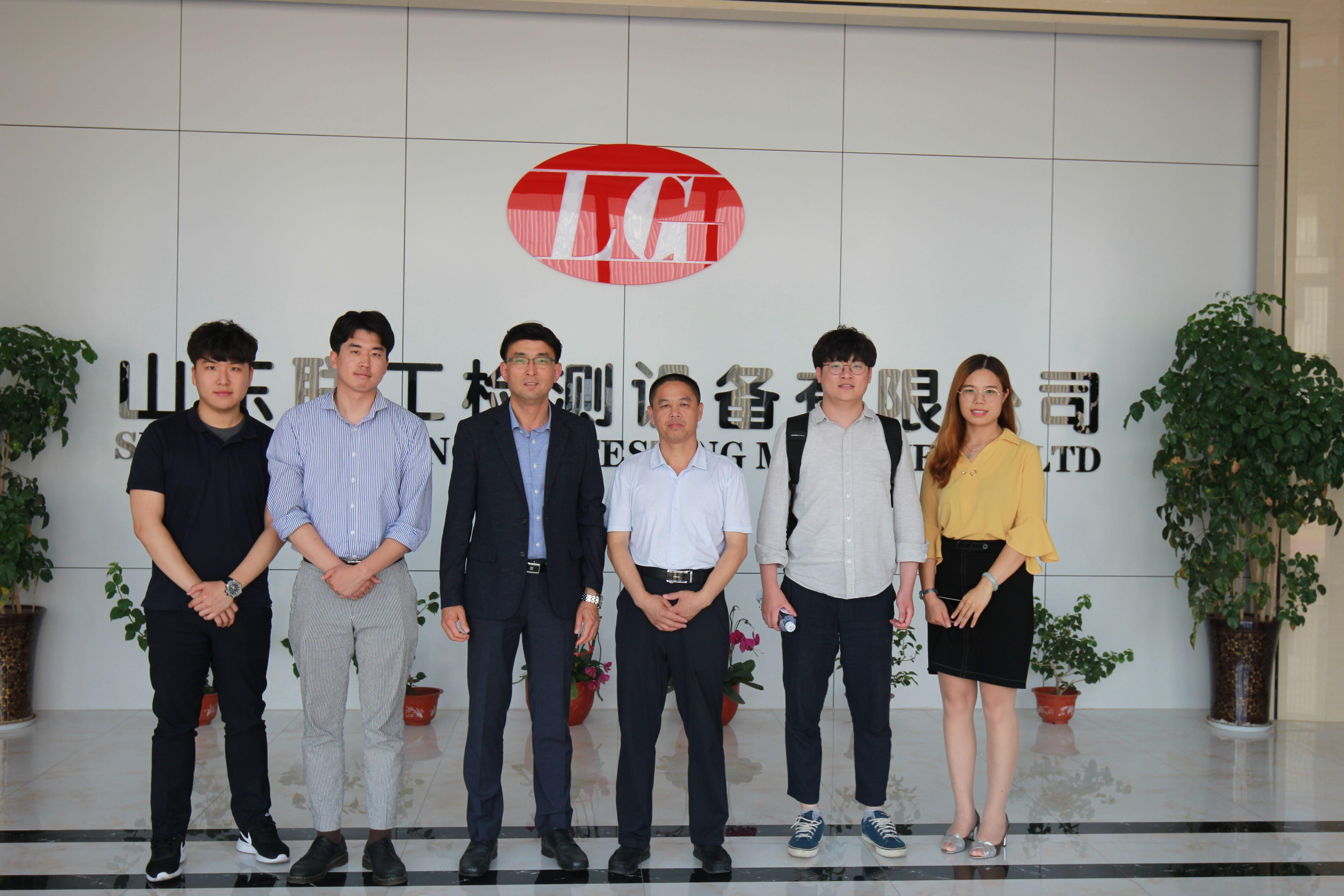 韩国客户到联工集团验收试验机设备